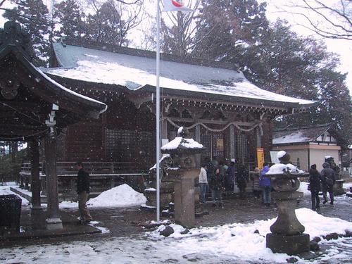 諏方神社本殿突然雪が舞い降りてきました
