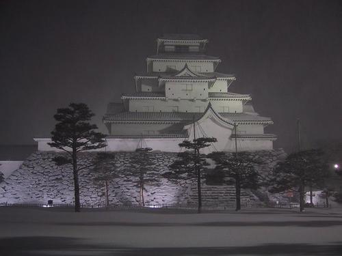 吹雪の中の天守閣