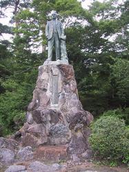 長工師ファンドールン君銅像 全体