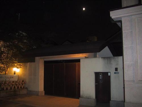 「鈴善漆器店」夜 上部の白い点は月です(^_^)